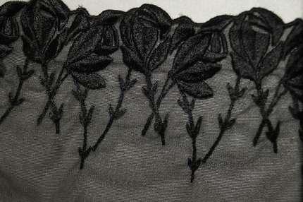 """Тесьма с вышивкой """"Розы"""" на сетке черная"""